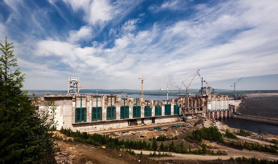 башенные краны строят ГЭС в Саяне